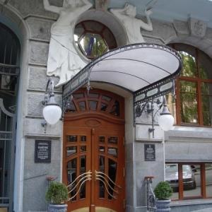 Вхідна група готелю Прем'єр Палас