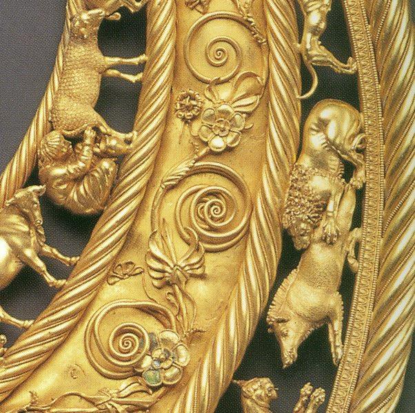 Фрагмент. Пектораль скіфського царя 4 ст до н. е. Вага 1150 г, діаметр 30,6 см, золото 958 проби